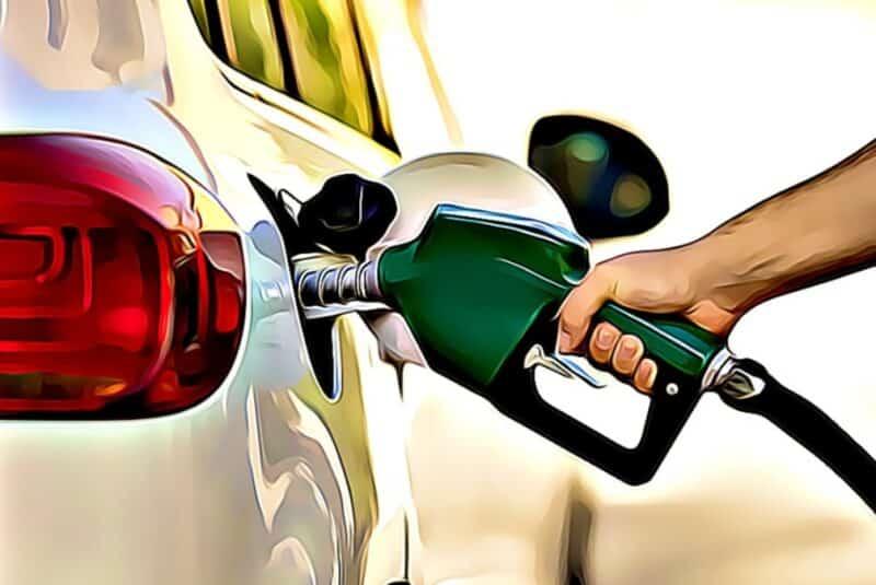 carga de gasolina en un automobil