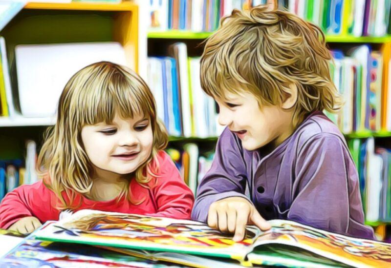 dos niños de 4 años estudiando