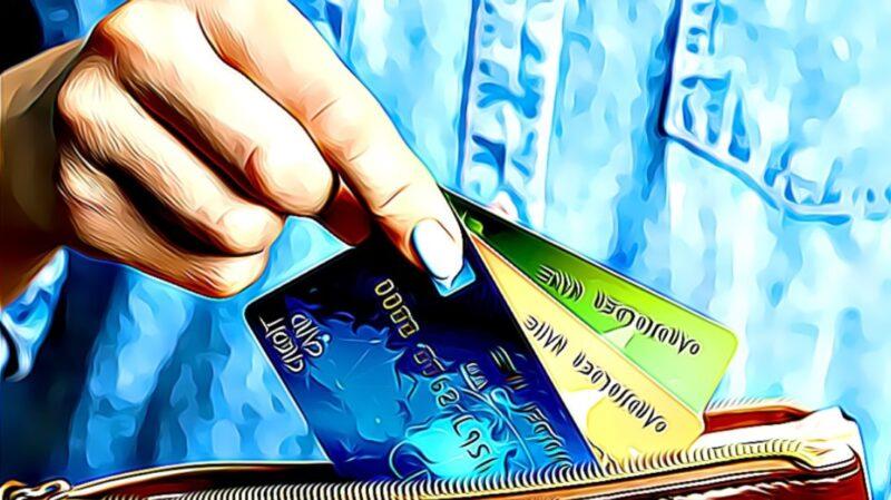 mano sosteniendo 3 tarjetas de crédito